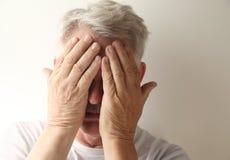 De mens behandelt zijn gezicht Stock Fotografie