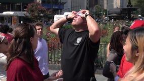 De mens bekijkt een zonneverduistering door glazen stock footage
