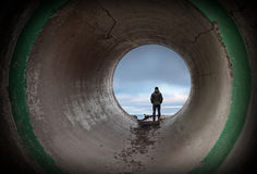De mens bekijkt horizon in het eind van tunnel Royalty-vrije Stock Fotografie