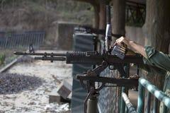 De mens bereidt een M60 geweer voor Royalty-vrije Stock Foto