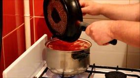 De mens bereidt soep voor stock footage