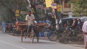 De mens berijdt een fiets door de straat in Bagerhat, Bangladesh stock video