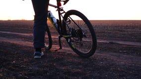De mens berijdt fiets bij de aanvang voor opleiding het uitwerken De tijd van de zonsondergang stock video