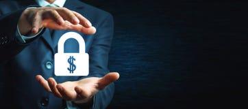 De mens beschermt dollarslot Bescherm uw geld stock foto