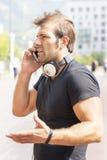 De mens bespreekt door mobiel. royalty-vrije stock foto's