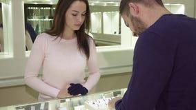 De mens betaalt door de creditcard bij de jewleryboutique stock footage