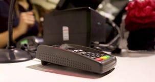 De mens betaalt zijn telefoon in de opslag stock footage