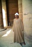 De mens bewaakt de tempels in Egypte Stock Foto's