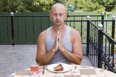 De mens bidt alvorens te eten royalty-vrije stock afbeelding