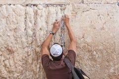 De mens bidt bij de westelijke muur, Jeruzalem Stock Afbeeldingen