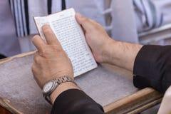 De mens bidt bij Westelijke Muur royalty-vrije stock foto's