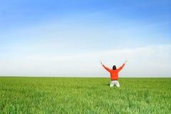 De mens bidt op meadown Stock Fotografie