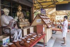 De mens bidt in tempel in Bangkok Royalty-vrije Stock Afbeeldingen