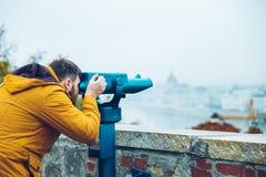De mens bij observatiedek geniet van mening van de stad stock afbeeldingen