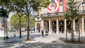 De mens blaast reusachtige bellen in het plein van Comedie Francaise, Parijs stock foto