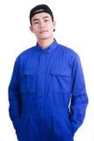 De mens in blauw eenvormig kostuum die een hoed dragen en stelt acteren in portra Royalty-vrije Stock Afbeeldingen