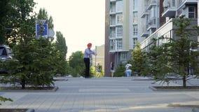 De mens bootst heeft pret bij stedelijke straat na stock videobeelden