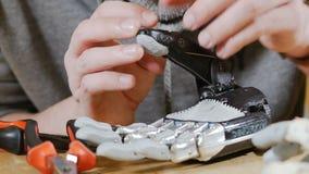 De mens bouwt innovatief product - robotachtig die wapen met 3d Printer wordt gedrukt stock videobeelden