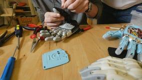 De mens bouwt innovatief product - robotachtig die wapen met 3d Printer wordt gedrukt stock video