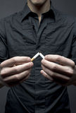 De mens breekt sigaret Royalty-vrije Stock Foto's