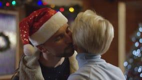 De mens brengt Kerstmis huidig voor zijn vrouw stock videobeelden