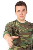 De mens in camouflage begroet royalty-vrije stock foto