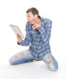 De mens communiceert via tabletstootkussen Stock Foto