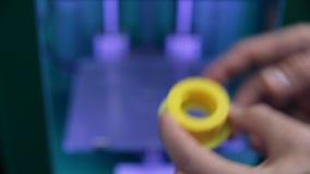 De mens controleert product met 3d Printer wordt gedrukt die stock footage