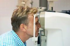 De mens controleert zijn visie op de machine stock afbeeldingen