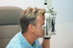 De mens controleert zijn visie op de machine royalty-vrije stock fotografie