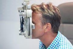 De mens controleert zijn visie op de machine stock foto