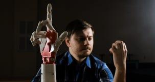 De mens creeert beweging voor mechanisch plastic wapen Cybernetisch robotachtig wapen De beweging van het robotswapen Futuristisc