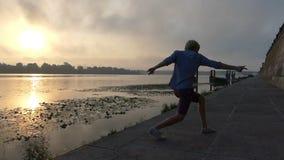 De mens danst Disco, Sprongen, Draaien rond bij Zonsondergang op de Dnipro-Bank in slo-Mo stock footage