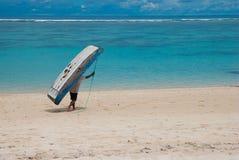 De mens is de boot op het strand Royalty-vrije Stock Afbeelding