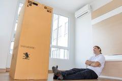 De mens denkt over het grote pakket stock afbeeldingen