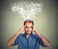 De mens denkt zeer intens het hebben van hoofdpijn stock afbeeldingen