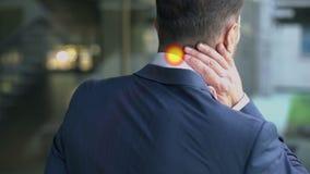De mens die aan halspijn lijden, spierkramp, vlek wijst op ontsteking, langzaam-mo stock videobeelden