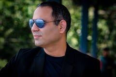 De mens die Beschermende brillen en Bezinning dragen is Zichtbaar Stock Fotografie