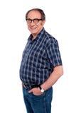 De mens die bevindt zich met dient jeanszak in Stock Foto's