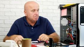 De mens die in de Computerdienst werken gesticuleert Verbaasd en Teleurgesteld stock video