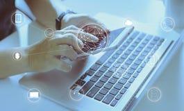 De mens die digitaal apparaat met behulp van verricht betalingen het online winkelen stock afbeeldingen