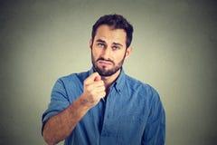 De mens die duim, het gebaar van vingerfiga u geven krijgt nul niets Stock Afbeelding