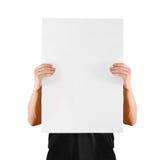 De mens die leeg wit groot A2 document tonen, behandelt het gezicht Pamfletpresentatie Stock Foto