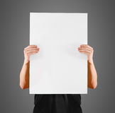 De mens die leeg wit groot A2 document tonen, behandelt het gezicht Pamfletpresentatie Royalty-vrije Stock Afbeelding