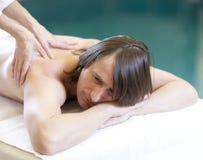 De mens die massage ontvangt ontspant behandeling Stock Foto