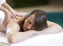 De mens die massage ontvangt ontspant behandeling Royalty-vrije Stock Foto