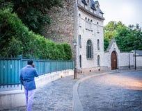 De mens die op celtelefoon spreken wandelt verleden de historische bouw op Montmartre in Parijs Royalty-vrije Stock Fotografie