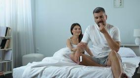 De mens die pil nemen verbetert seksuele wens, libido, prettig tijdverdrijf met meisje stock video