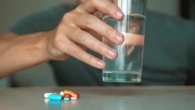 De mens die pillen nemen is thuis zieke zieke langzame geanimeerde video Gezondheidszorg en medische conceptenziekte het mannetje stock video