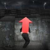 De mens die rode pijl dragen ondertekent omhoog het ingaan van labyrint met dark Stock Afbeelding